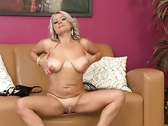Sexy housewife gets her pussy wet and likes her dildo